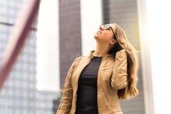 Säker brunettkvinna som går i staden arkivfoto