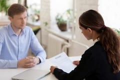 Säker direktör för ung kvinna och manlig jobbkandidat arkivfoto