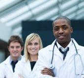 säker doktorsperson som tillhör en etnisk minoritetstående royaltyfri bild