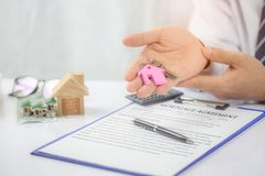 Säker för handinnehav för ung man tangent för hus, fastighetsmäklare royaltyfri bild