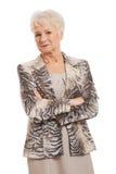 Säker gammal kvinna med vikta armar arkivbild