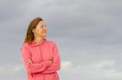 Säker hög kvinna som poserar på stranden Royaltyfri Foto