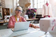 Säker hög modeformgivare i hennes seminarium Arkivbild