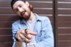 Säker hipster som poserar och gör en gest Arkivbild