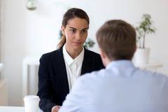 Säker intervju för innehav för kvinnligtimme-chef med sökandet fotografering för bildbyråer