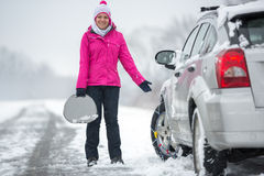 Säker körning med gummihjulkedjor arkivbild