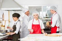 Säker kock Cutting Ravioli Pasta med royaltyfri fotografi