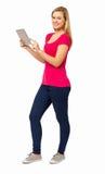 Säker kvinna som använder den Digital minnestavlan Arkivfoton