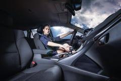 Säker kvinna som kör en bil Royaltyfria Bilder