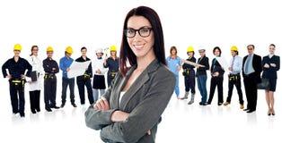 Säker kvinna som leder ett affärslag Arkivbilder