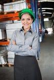 Säker kvinnlig arbetsledare på lagret Arkivfoton