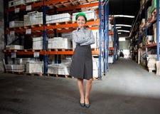 Säker kvinnlig arbetsledare på lagret Royaltyfri Fotografi