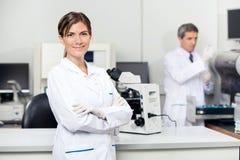 Säker kvinnlig forskare In Laboratory royaltyfria foton