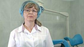 Säker kvinnlig gynekolog i exponeringsglas som ser kameran stock video