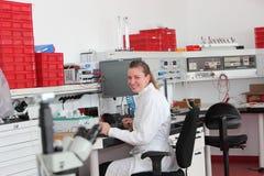 Säker kvinnlig laboratoriumtekniker Arkivbild