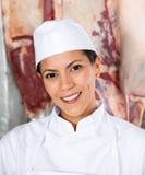 Säker kvinnlig slaktare Smiling In Butchery arkivbilder