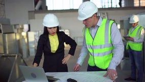 säker kvinnlig tekniker 4k eller arkitekt som diskuterar konstruktionsfrågor med manliga kollegor använda för bärbar dator airduc stock video