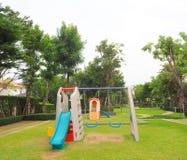 Säker lekplats för unga barn i byn royaltyfri fotografi