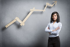 Säker lyckad affärskvinna framme av det positiva trenddiagrammet Arkivbild