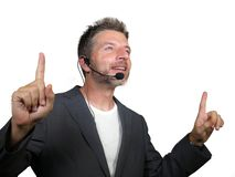 Säker lyckad man med hörlurar med mikrofon som talar på coachningen för företags affär och utbildande samtal för salongkonferensr arkivfoton