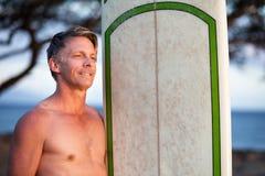Säker man med surfingbrädan Arkivbilder