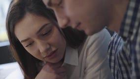 Säker man och kvinna att diskutera ämnet allvarligt Studenter diskuterar framtida plan Diskussionsbegrepp av ett ungt par stock video