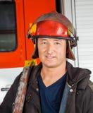 Säker manlig brandman In Red Helmet Royaltyfri Bild