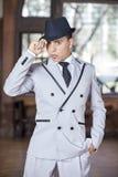 Säker manlig hållande hatt, medan utföra tango Royaltyfri Bild
