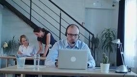Säker manlig telemarketer under påringning på arbete stock video