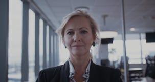 Säker mogen affärskvinna i regeringsställning stock video