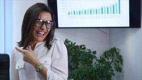 Säker mogen affärskvinna som i regeringsställning står Kvinnlig chef i regeringsställning som ser kameran och att le stock video
