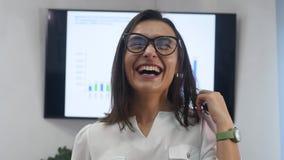 Säker mogen affärskvinna som i regeringsställning står Kvinnlig chef i regeringsställning som ser kameran och att le lager videofilmer