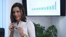 Säker mogen affärskvinna som i regeringsställning står Kvinnlig chef i regeringsställning som ser kameran och att le långsam röre stock video