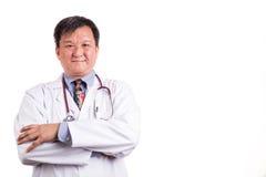 Säker mognad asiatisk doktor med vikta armar royaltyfri bild