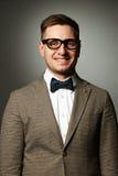 Säker nerd i glasögon och fluga royaltyfri foto