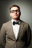 Säker nerd i glasögon och fluga royaltyfri bild