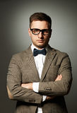 Säker nerd i glasögon och fluga royaltyfria bilder