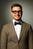 Säker nerd i glasögon och fluga fotografering för bildbyråer