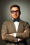 Säker nerd i glasögon och fluga arkivbilder
