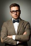 Säker nerd i glasögon och fluga arkivfoto