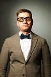 Säker nerd i glasögon och fluga royaltyfri fotografi