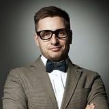 Säker nerd i glasögon och fluga arkivfoton