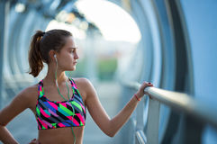 Säker och idrotts- ung kvinna som koncentrerar för övning Arkivfoton