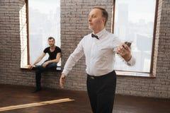Säker pensionerad man som utför i dansstudion Arkivbilder