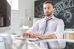 Säker programmeraremaskinskrivning som är snabb på datoren royaltyfri fotografi