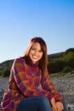 säker sittande le kvinna Royaltyfri Fotografi