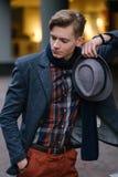 Säker snobbig självbelåten modebild för ung man royaltyfri foto
