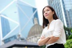 Säker stående för affärskvinna i Hong Kong Royaltyfri Bild