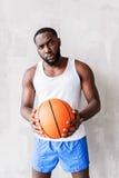 Säker stilig idrottsman nen som står direkt den near väggen Royaltyfri Foto