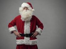 Säker stolt jultomten som poserar med akimbo armar Royaltyfri Foto